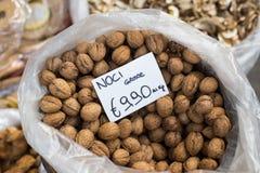Nueces en mercado del aire abierto en Italia Fotografía de archivo libre de regalías
