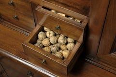 Nueces en una caja Imágenes de archivo libres de regalías