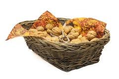 Nueces en una cesta Fotos de archivo libres de regalías