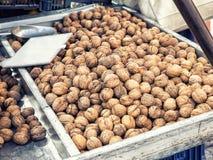 Nueces en una parada del mercado Fotografía de archivo libre de regalías
