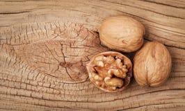 Nueces en viejo fondo de madera Imagen de archivo libre de regalías