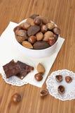 Nueces enteras clasificadas en un cuenco Foto de archivo libre de regalías