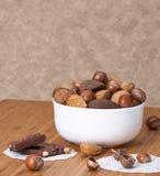 Nueces enteras clasificadas en un cuenco Imagen de archivo libre de regalías
