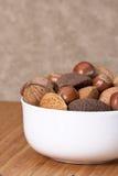 Nueces enteras clasificadas en un cuenco Fotos de archivo libres de regalías