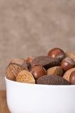 Nueces enteras clasificadas en un cuenco Fotos de archivo