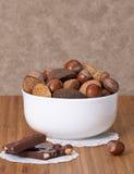 Nueces enteras clasificadas en un cuenco Foto de archivo