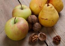 Nueces, manzanas y peras Imagenes de archivo