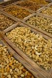 Nueces mezcladas en cestas en la feria fotos de archivo libres de regalías