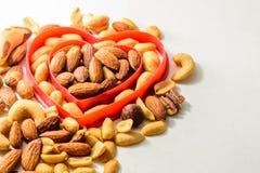 Nueces mezcladas en forma del corazón Imagen de archivo libre de regalías