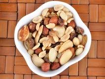 Nueces mezcladas en un cuenco blanco Foto de archivo