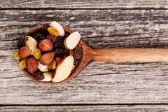 Nueces mezcladas en una cuchara de madera Foto de archivo libre de regalías