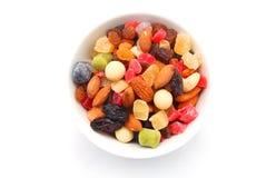 Nueces mezcladas y frutas secas en un cuenco Fotos de archivo