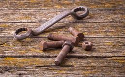 Nueces oxidadas viejas, pernos Herramientas antiguas tarjetas fotos de archivo libres de regalías