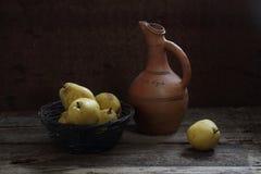 Nueces, peras maduras y rama de un tilo con las hojas amarillas Fotos de archivo libres de regalías