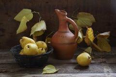 Nueces, peras maduras y rama de un tilo con las hojas amarillas Imagen de archivo libre de regalías
