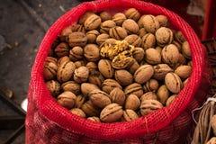 Nueces recientemente recolectadas en un saco rojo Imagen de archivo