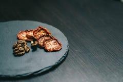 Nueces secadas de los tomates en un fondo oscuro foto de archivo libre de regalías