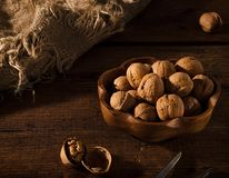 Nueces secadas en una tabla de madera rústica Fotos de archivo