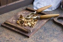 Nueces tajadas en un tablero de madera imagen de archivo