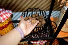Nueces turcas de la cocina en una mano Imagen de archivo