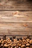 Nueces y anís de estrella en fondo de madera Visión superior Foto de archivo libre de regalías