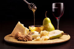 Nueces y copa de la miel de las peras del queso parmesano Imagen de archivo