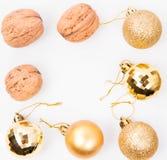Nueces y fondos de las bolas de la Navidad Fotografía de archivo