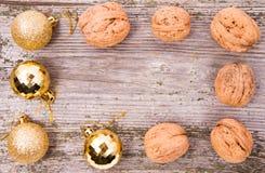 Nueces y fondos de las bolas de la Navidad Fotografía de archivo libre de regalías