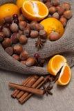 Nueces y fruta cítrica Foto de archivo