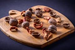 Nueces y frutas secadas en un tablero de madera Fotografía de archivo