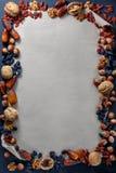 Nueces y frutos secos en el fondo de papel Imagen de archivo