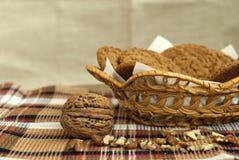 Nueces y galletas de harina de avena Foto de archivo