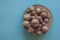 Nueces y granadas en la taza de cobre vieja Fotos de archivo libres de regalías