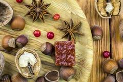 Nueces y mentira de la avellana en un cuenco de madera en la tabla fotografía de archivo libre de regalías