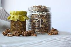 Nueces y miel fotos de archivo