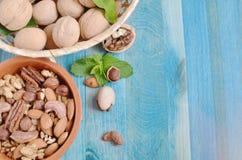 Nueces y pasas en los oligoelementos beneficiosos azules de una dieta sana del fondo nuts foto de archivo libre de regalías