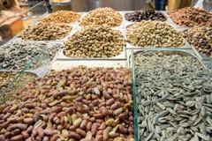 Nueces y semillas secadas en el bazar imagenes de archivo
