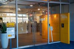 NUERMBERG, ГЕРМАНИЯ - 20-ое января 2017: интерьер авиапорта, вход салона сенатора Люфтганзы авиапорта Стоковые Фотографии RF