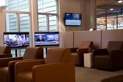 NUERMBERG, ГЕРМАНИЯ - 20-ое января 2017: интерьер авиапорта, салон сенатора Люфтганзы авиапорта с кожаными стульями и ЖК-ТЕЛЕВИЗО Стоковое фото RF