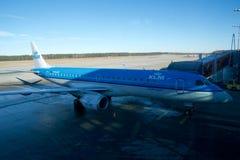 NUERMBERG, DEUTSCHLAND - 20. Januar 2017: Ausrichtung PH-EZZ KLM Cityhoppers Embraer ERJ-190STD ERJ-190-100 am Tor bereit Lizenzfreie Stockfotografie