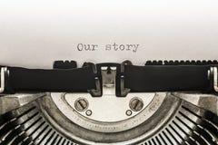 Nuestra historia mecanografiada en una máquina de escribir del vintage fotos de archivo