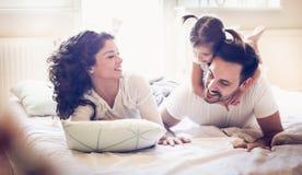 Nuestra rutina juguetona de la mañana Familia feliz fotos de archivo libres de regalías