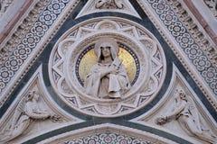 Nuestra señora de los dolores apoyados por los ángeles que llevan las flores, portal de Florence Cathedral fotos de archivo