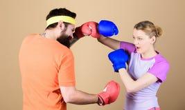 Nuestro calentamiento es su se resuelve sportswear lucha Mujer feliz y entrenamiento barbudo del hombre en gimnasio golpe de grac fotos de archivo libres de regalías