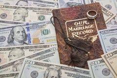 Nuestro dinero del anillo de bodas del documento de registro de la boda Imagen de archivo libre de regalías