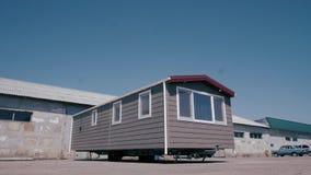 Nueva caravana, pórtico blanco hermoso almacen de metraje de vídeo