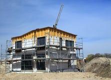 Nueva casa de la familia bajo construcción Imágenes de archivo libres de regalías