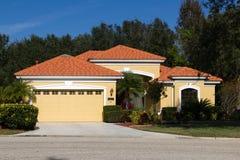 Nueva casa de planta baja con las tejas de tejado rojas Fotos de archivo libres de regalías