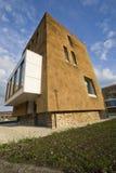 Nueva casa en ciudad Imagenes de archivo