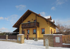 Nueva casa moderna en pueblo en invierno Fotos de archivo libres de regalías